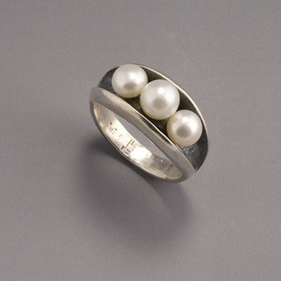 silver & pearl ring with oxydized channel